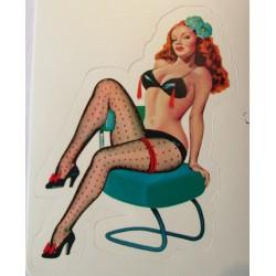 mini sticker pin up rousse sous vetement noir sur chaise verte style année 50 retro