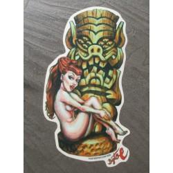 sticker pin up rousse sexy nue devant un tiki autocollant kustom kulture big toe